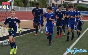 Un groupe d'enfants s'échauffent lors d'un entraînement d'un stage de foot