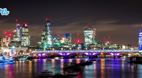 Vue panoramique de nuit sur la city londonienne