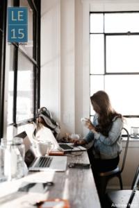 Une cheffe d'entreprise travaille à son bureau de location à Lyon