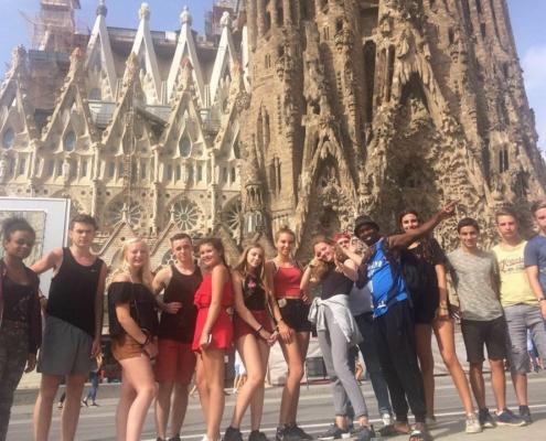Un groupe de jeunes partis en séjour linguistique pose devant la célèbre Sagrada Familia de Gaudi à Barcelonne en Espagne