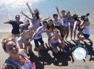 Le sable chaud, la mer et une bonne photo de groupe entre copains